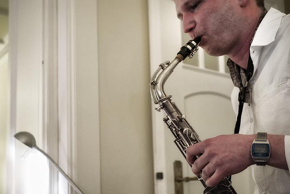 """Der Saxophonist Martin Muschick spielt zur Lesung von """"Aber der Himmel - grandios"""", den Lebenserinnerungen der Litauerin Dalia Grinkeviciute. copyright: Nikolaus Becker"""