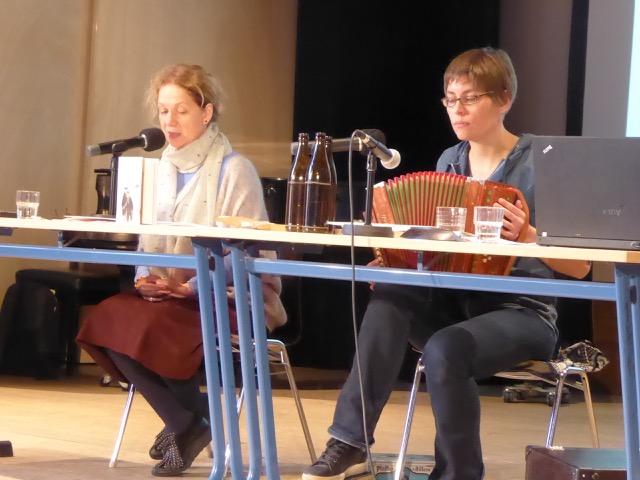 """Lesung aus """"Aber der Himmel - grandios"""" von Dalia Grinkeviciute. Mit Vytene Muschick und Friederike Kenneweg, hier am Akkordeon, an der Ziehenschule in Frankfurt/ Main"""